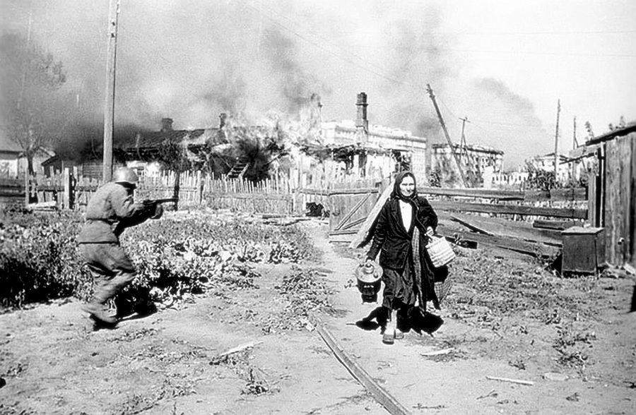 Stalingrad. Fight on Gorky Street, 1942. Photo: Pavel Troshkin (1909–1944). Public Domain.