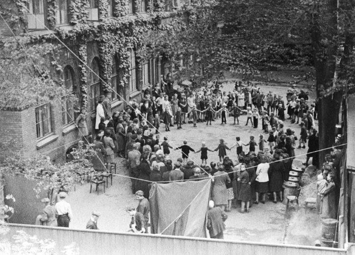 Tyske flygtninge i gården til Marie Kruses Skole på Frederiksberg. I første omgang indkvarteredes mange af de tyske flygtninge, der kom til landet kort før krigens afslutning, på skoler. Foto taget 1945. foto: ukendt (CC BY-SA 2.0). Kilde Nationalmusset