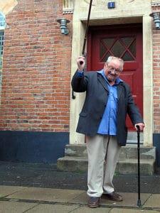 Et billede af den tidligere danske statsminister Anker Jørgensen forlader bopælen igennem 49 år, i det københavnske arbejderkvarter Sydhavnen, 25. oktober 2008. Foto: Marloth2000. Puclic domain.