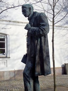Kaj Munk statue, Maribo,, martyred by the Gestapo on January 4th 1944. This statue is placed beside the old Town Hall of Maribo, Denmark. Photo: Insights Unspoken. (CC BY-SA 2.0). Source: flickr.com