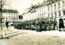 Generalstrejken i 1922. Soldater marcherer med opplantede bajonetter på Frederiksplads. (Isenkram Centret genkendes) Foto: Ukendt / Randers Stadsarkiv.