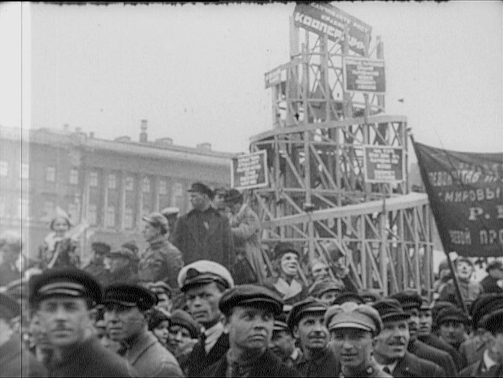 """Delegede til Kominterns kongres med model af Tatlintårnet, et aldrig udført """"monument for Tredje Internationale"""" skabt af V. Tatlin"""