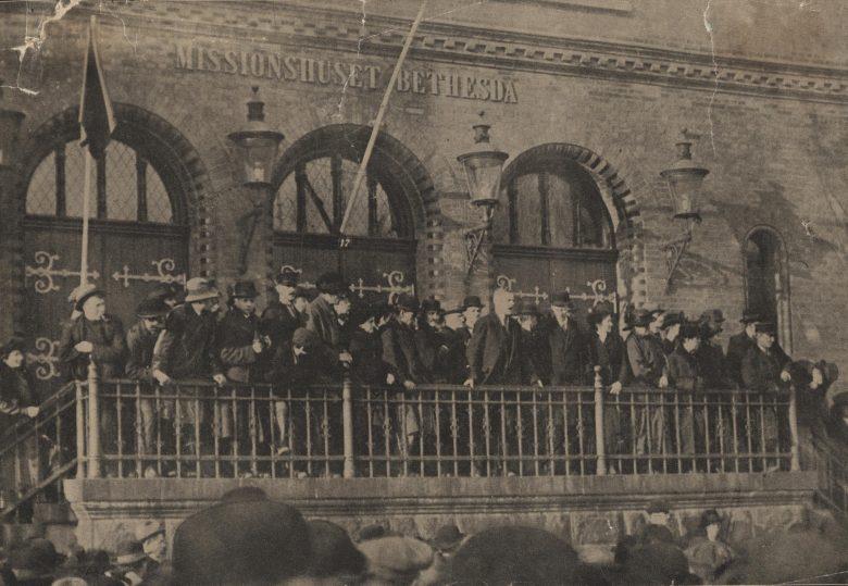 Poul Gissemann taler fra missionshusets trappe under det store Grønttorvsmøde den 10. november 1918. Kilde: Arbejdermuseet & ABA. - med artikel!