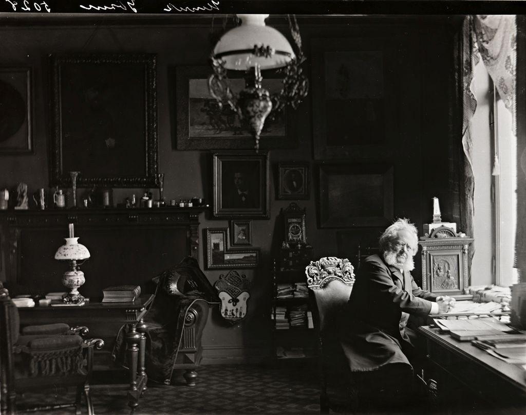 Henrik Ibsen i sitt arbeidsværelse i Arbinsgate 1, Oslo, Norge, 1897/1898. Photo: L. Szacinski [atelier] Ejes af: Nasjonalbiblioteket / National Library of Norway. Kilde: www.nb.no. Billed nr. bldsa_ibf2a1001b. Public domain. Se nedenfor 20. marts 1828.