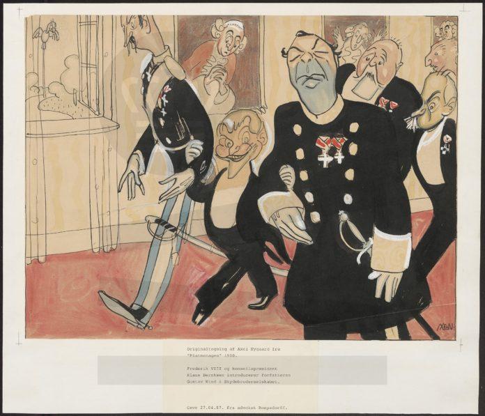 Fine dekorerede herrer. Kongen og konseilspræsidenten eskorterer Gustav Wied ned af gangen. Både de andre personer og malerierne på væggen ser forskrækkede og utrygge på Wied med det djævelske smil og de spidse ører. Tusch og akvarel Note fra Folketingets samling: 'Frederik VIII og konseilspræsident Klaus Berntsen introducerer forfatteren Gustav Wied i Skydebroderselskabet.' Tegnet af Axel Nygaard (1877-1953) bladtegner. (CC BY-NC-ND 4.0).