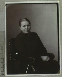 Elisabeth Grundtvig (01.12.1856-10.02.1945), redaktør, stenograf, kvindesagsforkæmper. Foto: Ukendt. Samling: Det Kongelige Biblioteks Billedsamling. (CC BY-NC-ND 4.0).