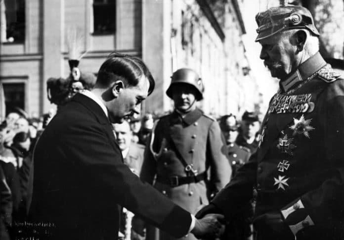 Reichspräsident Paul von Hindenburg (in Uniform with