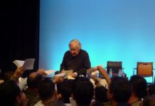 Chomsky dedicated his books to the Mutualité in Paris on May 29, 2010. Photo: DocteurCosmos. (CC BY-SA 3.0).