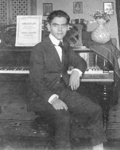 Federico García Lorca ved pianoet i Granada, 1919. Photo: Ukendt. Public Domain.