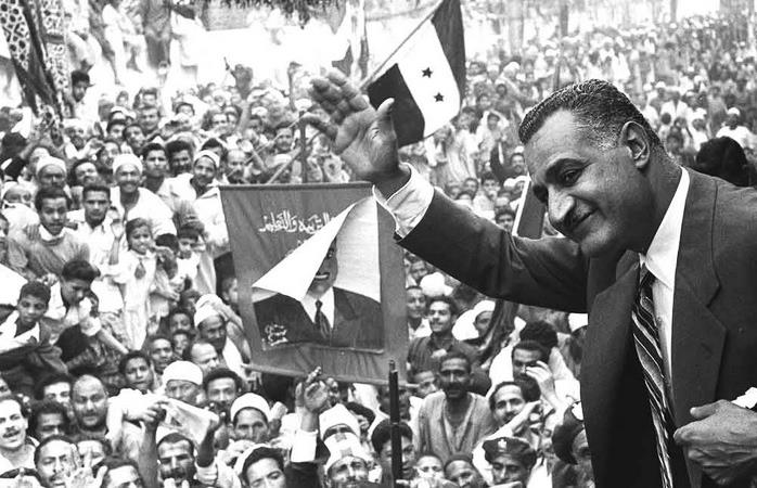 Egyptian President Gamal Abdel Nasser waving to crowds in Mansoura from a train car, 7 May 1960. Photo: Not credited/Bibliotheca Alexandrina. Public Domain.