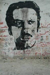 Palæstinensisk grafitti til ære for Ghassan Kanafani. Foto: Taget august 2004 af Justin McIntosh. (CC BY 2.0).