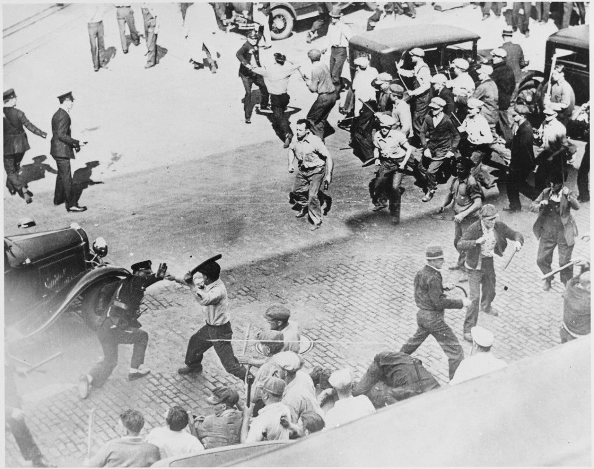 Open battle between striking teamsters armed with pipes and the police in the streets of Minneapolis (Hennepin county, Minnesota, United States), June 1934. Photo: Unknown or not provided. Record creator: U.S. Information Agency. (08/01/1953 - 03/27/1978). National Archives at College Park. Public Domain. See 20. July 1934 below.