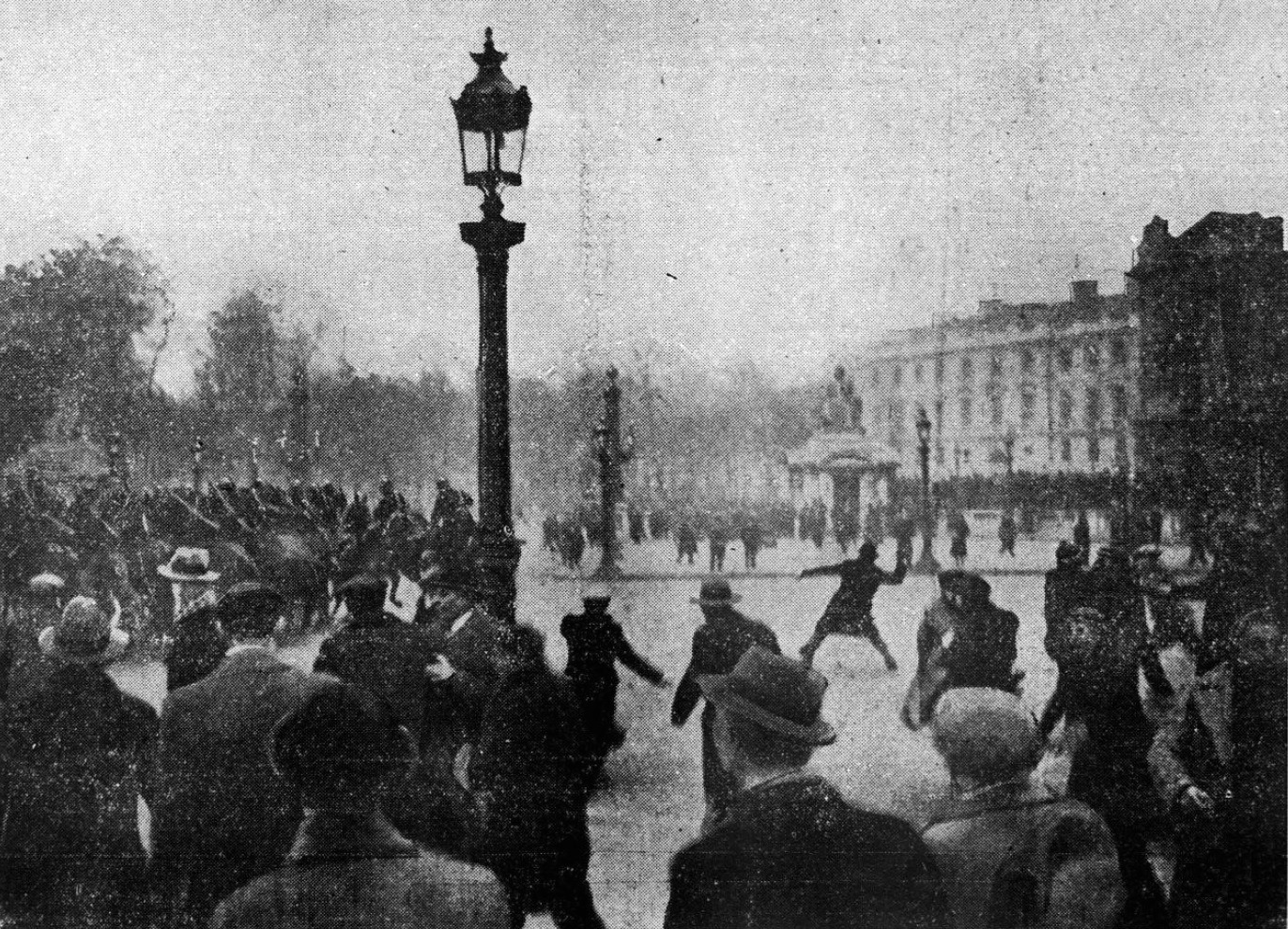 """""""Onsdag [7. februar] er der igen sammenstød om eftermiddagen mellem beredet og bevæbnet politi og demonstranter ved the Place de la Concorde i Paris. Her er et billede taget på det tidspunkt, da rytterne trængte de protesterende tilbage"""". Dato 1934. Kilde L'Ouest-Éclair, republikansk avis om morgenen, nr. 13609, 9. februar 1934. Foto: Ukendt. Public Domain."""