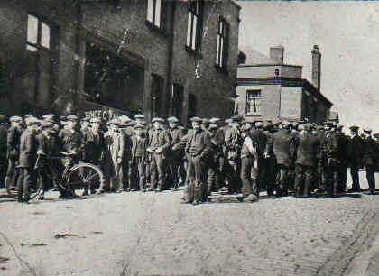 Tyldesley miners outside the Miners Hall during the 1926 General Strike. Public Domain.