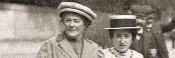 """På invitationen til tidligere 8. marts-arrangement er billedet af disse to tyske socialister, Clara Zetkin og Rosa Luxemburg anvendt. (Det var dog kun førstnævnte, der var aktiv omkring forslaget om en international kampdag på kvindekongressen 26.-27. august 1910). Billedet er angivet 1910, og det kunne så være Jagtvej på Nørrebro, de krydser med Assistens kirkegårdsmur i baggrunden, på vej over til Arbejdernes Forsamlingsbygning Folkets Hus i nr. 69, hvor kvindekongressen fandt sted. Men Rosa Luxemburg deltog ikke i kvindekongressen og andre kilder nævnet dog andre datoer for billedet: januar 1910, årstallet 1918, og 1911 - og """"auf dem Weg zum SPD-Parteitag in Magdeburg, 18.-24.9.1910"""". Omgivet af mandlige partifæller med stive skjortekraver og butterfly - sandsynliggør denne datering, september 1910. Stiftung Friedrich-Ebert, Bonn, angiver: SPD-Parteitag in Magdeburg, Straßenszene, auf dem Weg zum Parteitag. Reproduktion. 18.09.1910."""