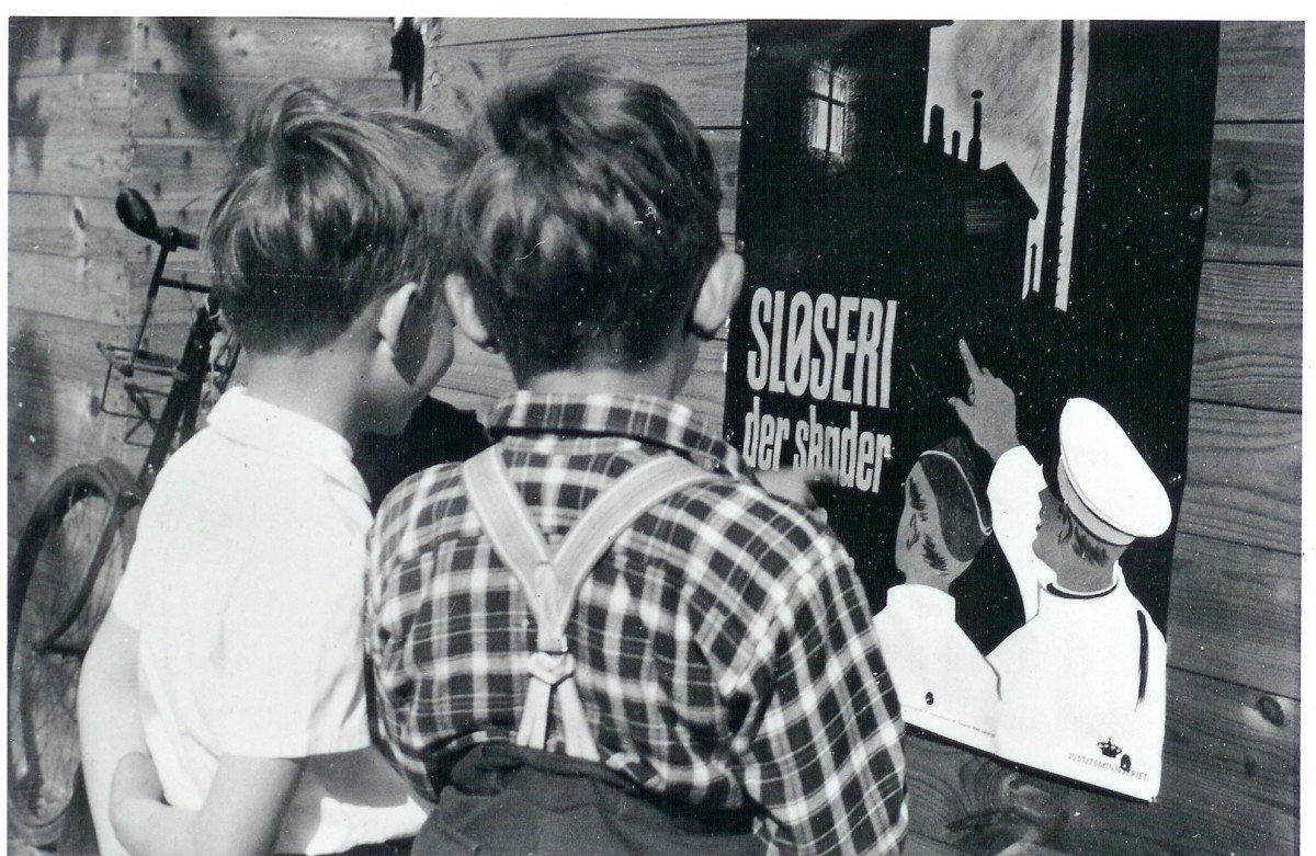 Plakat udsedt af Justitsministeriets propagandakontor i 1940 for at minde folk om mørklægning. Author: Nationalmuseet - National Museum of Denmark from Denmark. (CC BY-SA 2.0).