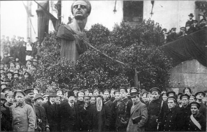 G.E. Zinoviev during the unveiling of a memorial to the German socialists Ferdinand Lassalle and Karl Marx, Petrograd 1918. The photo was subsequently processed by the Soviet censors in the 1930s, in which Zinoviev's face was smeared. Date 1918. Photo: Unknown, State Museum of Political History of Russia. Public Domain.