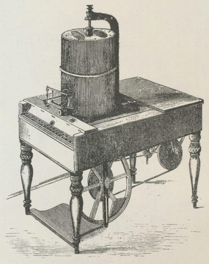 Chr. Sørensen udstiller sin sættemaskine på den første verdensudstillingen i Hyde Park i London 1851. Tekst fra Salmonsens konversationsleksikon, Anden udgave Bind XXII Spekulation-Søøre, s. 963 (Udgiver 1915-1930)