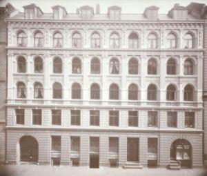 Det første kendte fotografi af Arbejdernes Forsamlingsbygning, Rømersgade 22 fra 1904. Foto: Ikke angivet.