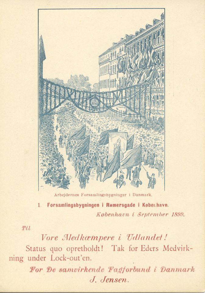 """D. 5. september 1899 sluttede en af de største konflikter nogensinde på det danske arbejdsmarked med Septemberforliget. En aftale, som mange senere hen har omtalt som det danske arbejdsmarkeds grundlov. Og som takkekortet her viser, er Septemberforliget også en historie om solidaritet inden for arbejderbevægelsen. Op mod 40.000 arbejdere var ramt i den 4 måneders lange lockout. Sult og nød truede den i forvejen fattige arbejderklasse. Det var derfor en tiltrængt støtte til de lockoutede arbejdere, da danske landbrugere sendte mad, og udenlandske arbejdere støttede med penge og moralsk opbakning. Fra arbejdere i udlandet modtog man ca. 1,4 mio kr., hvilket i dag ville svare til næsten 98 mio kr. Efter konfliktens afslutning sendte De samvirkende Fagforbund (LO) takkekort til """"Vore Medkæmpere i Udlandet."""" Den internationale solidaritet blandt arbejderne var altså medvirkende til, at arbejderne kunne holde stand under den lange lockout."""