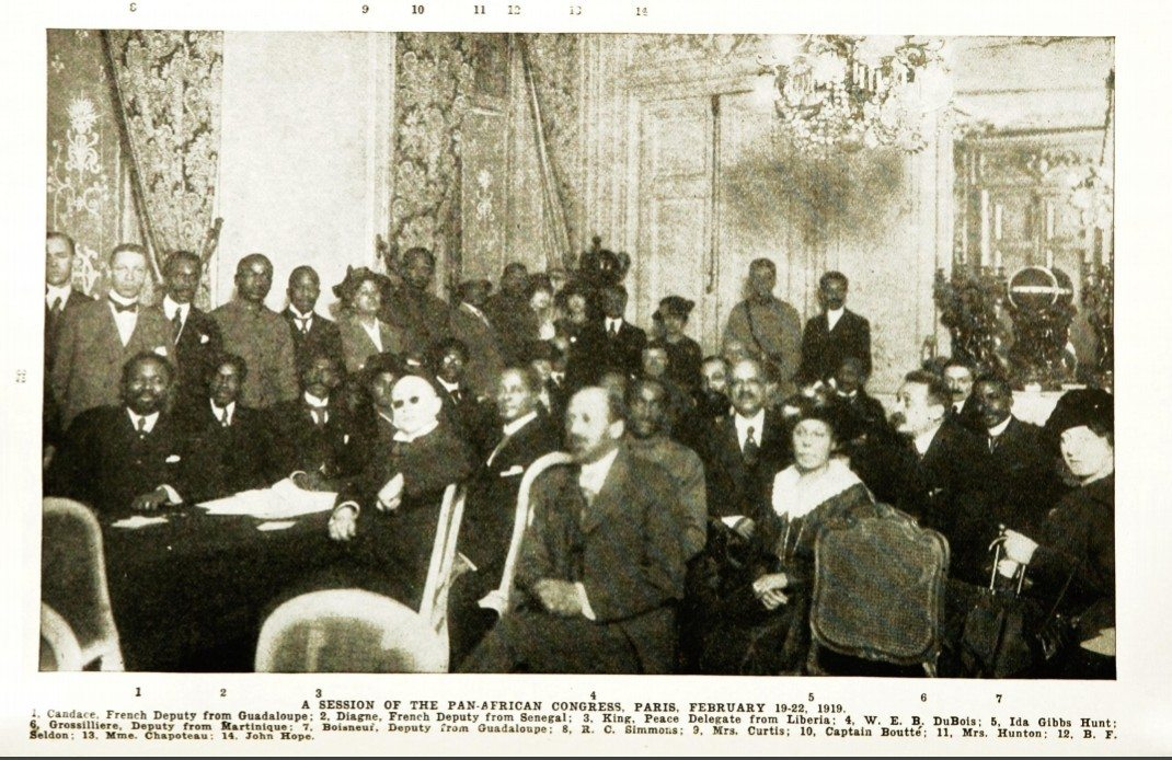 "A session of the Pan-African Congress, Paris, February 19-22, 1919. W.E.B. Du Bois er markeret med nr. 4. Image from ""Crisis, A Record of the Darker Races"" (Vol. 18, No. 1, May 1919). Date: 19 February 1919. Photo: Unknown. Public Domain."