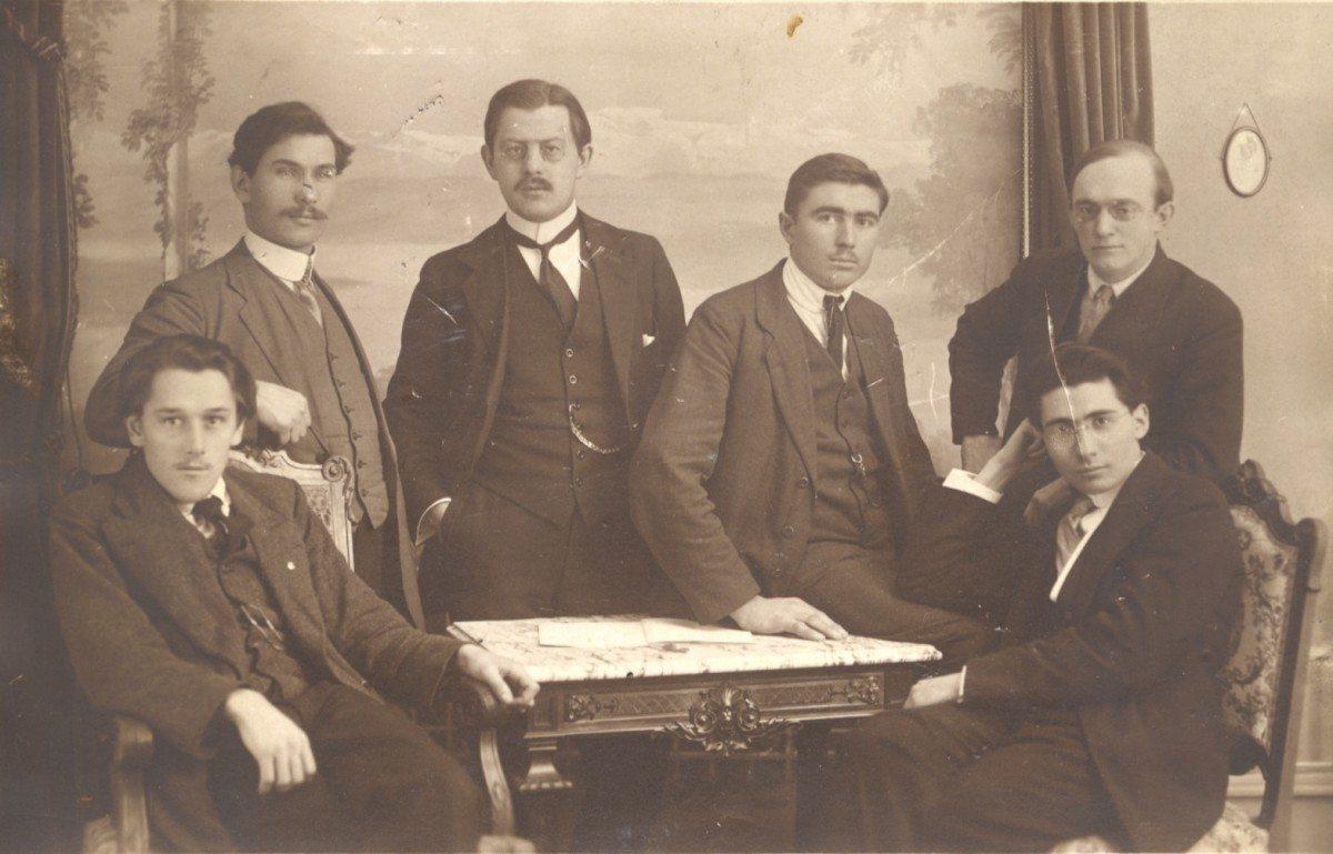 VSP/DKPs stifter og første formand, senere socialdemokratisk minister, Ernst Christiansen, her blandt ungsocialister i 1915 (24 år gammel) i Bern. Kilde: https://www.arbejdermuseet.dk/viden-samlinger/kildepakker/socialdemokratiet-verdenskrig-og-revolution/