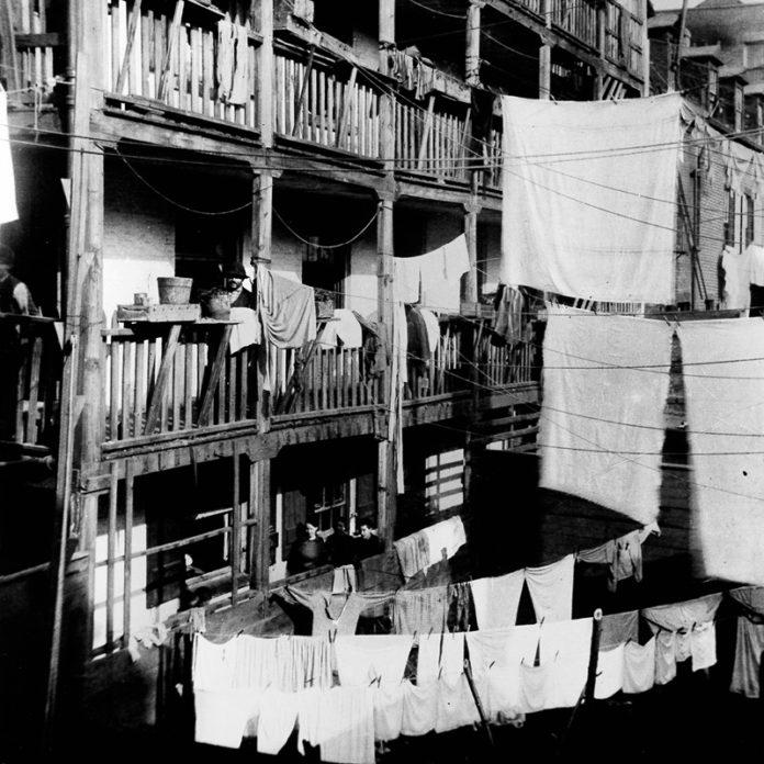 """""""Mine skriverier gjorde ikke noget stortindtryk – Det gør den slags sjældent, når det kun udtrykkes med ord – men mine negativer, frisk fra mørkekammeret, forstærkede dem."""" Her et billede af Jacob A. Riis Approx. 1890. Ca. 1890. boliger i bagerste hus i Roosevelt Street. Foto: Jacob A. Riis (1849-1914)/credit Jacob A. Riis Museet. Public Domain."""