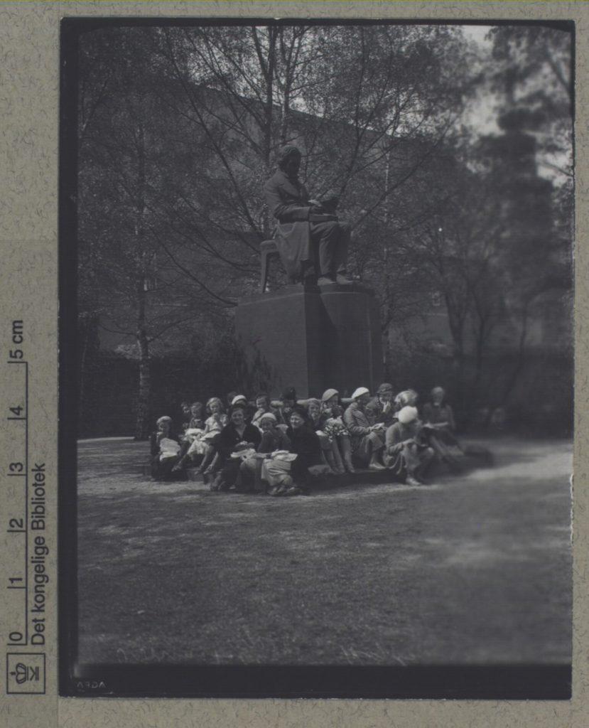 Christians Brygge, Det kongelige Bibliotek: En gruppe kvinder foran Søren Kierkegaard monumentet i Bibliotekshaven. Foto: Holger Damgaard (1870-1945), fotograf. (CC BY-NC-ND 4.0).