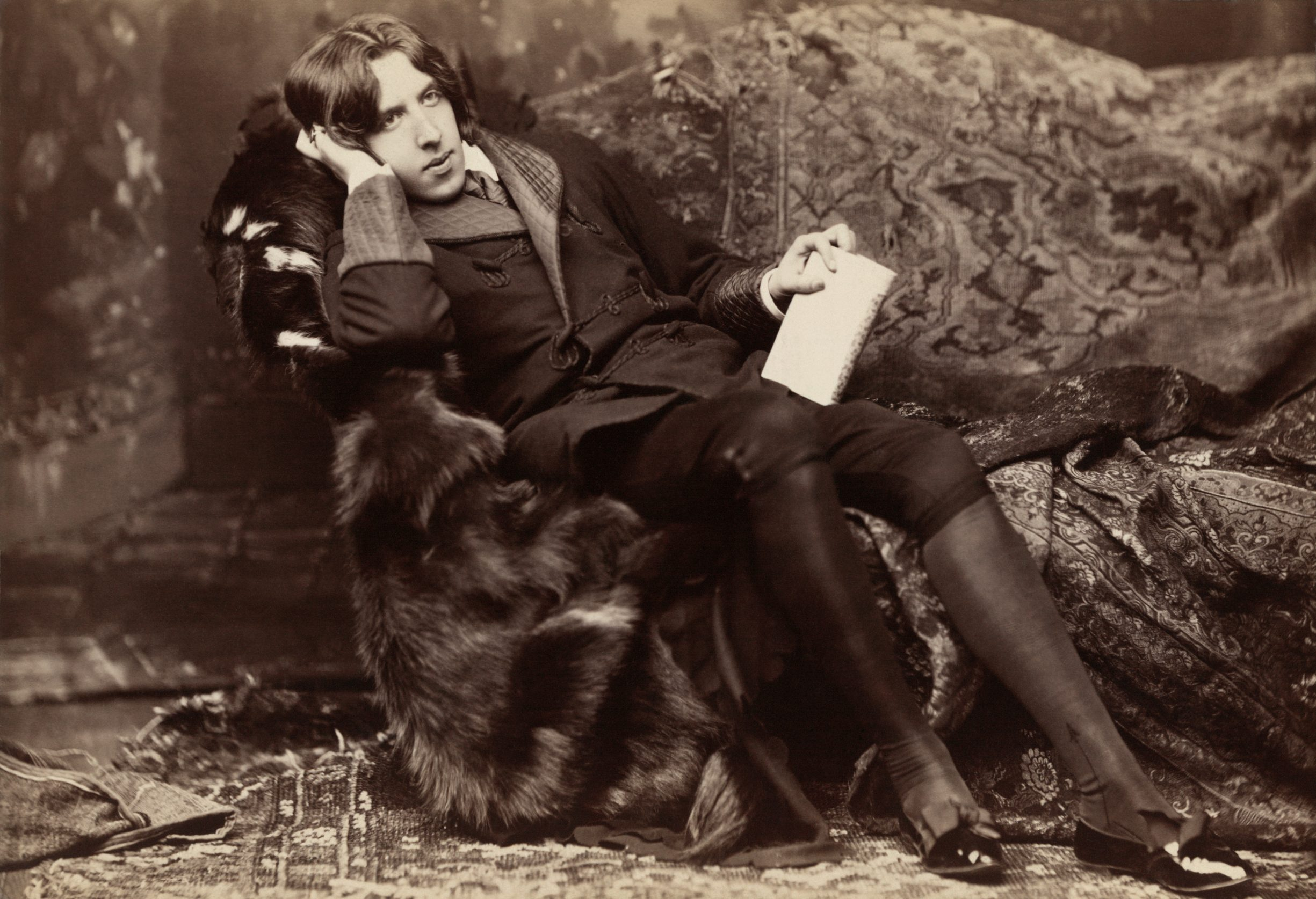 Oscar Wilde, photographic print on card mount: albumen. Circa 1882. Retouched. Photo: Napoleon Sarony (1821–1896). See below 16 Oktober 1854.