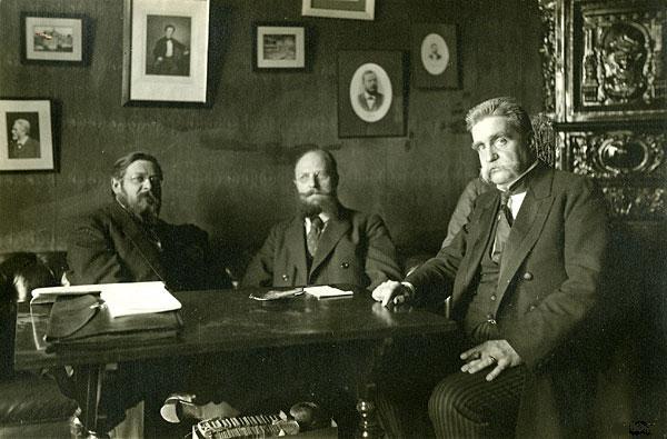 Svensk Socialdemocratisk leder Hjalmar Branting (til højre), den franske politiker Albert Thomas (til venstre) og danske politiker Thorvald Stauning (i midten) under 1917 Stockholm Freds Konference, 20 April 1917. Public Domain.