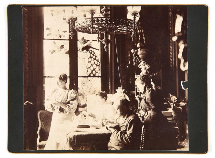 Émile Zola in the dining room of Médan. Auction of the former François Émile-Zola collection. Date between circa 1895 and circa 1900. Photo: Émile Zola (1840–1902). Public Domain.
