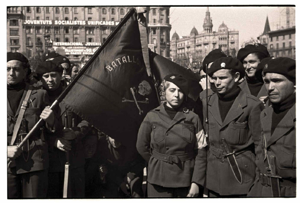 Batallón de la Muerte, known as CENTURIA ERRICO MALATESTA, in Barcelona in 1937, a formation made up of Italian anti-fascist exiles, mostly anarchists. Green uniform, black turtleneck sweater, black flag with skull and crossbones and a dagger at the belt, like the Arditi in the Great War and the Arditi of the people, 1937. Photo: Unknown. Public Domain.