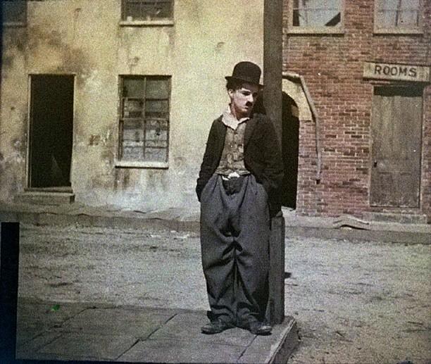 Portrait of Charlie Chaplin, between circa 1917 and circa 1918. Photo: Zoller, Charles C. (1854-1934). Public Domain.