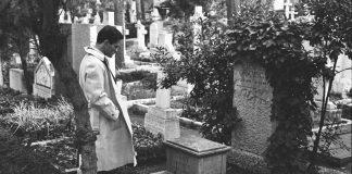 Pier Paolo Pasolini, italiensk filminstruktør, forfatter og politisk aktivist (1922-1975) foran sin inspirationskilde Antonio Gramscis grav. Photo ca. 1970
