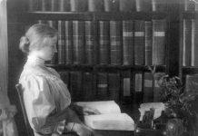 Helen Keller reading braille, circa 1907 Sept. 26. Photo: unknown. Public Domain.