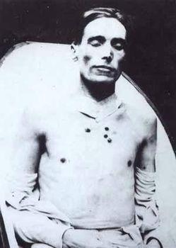 Joe Hill lig efter henrettelsen ved skydning. Foto: ukendt. Public Domain.