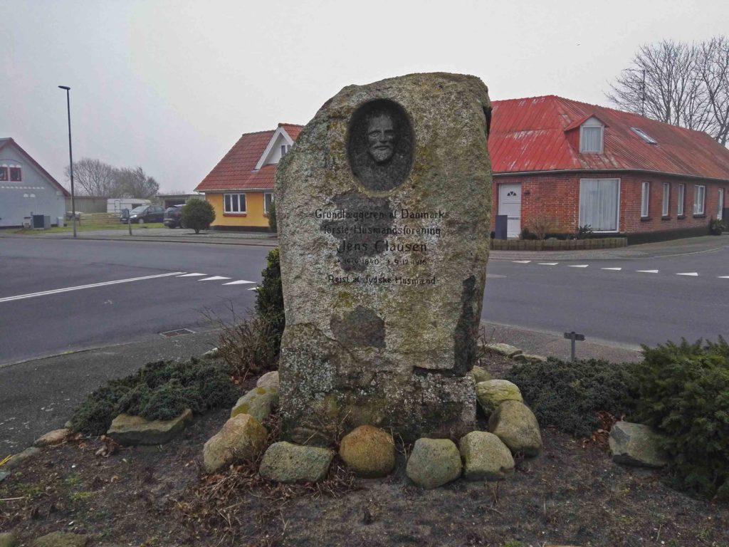 Mindesten i Klim for Jens Clausen, grundlæggeren af Danmarks første husmandsforening. Foto taget 24 februar 2019 af Beethoven9. (CC BY-SA 4.0).