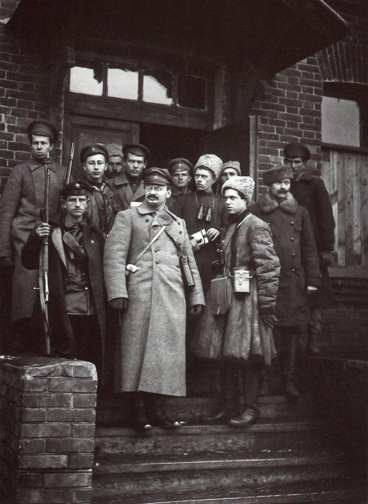 Leon Trotsky med den røde hær på Liski-stationen, 1918. Foto: ukendt. Public Domain.