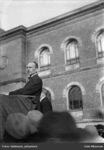Martin Tranmæl (1879-1967) på talerstolen, omkring 1920. Foto: Johannes Holmsen/Oslo Museum. (CC BY-SA 3.0).