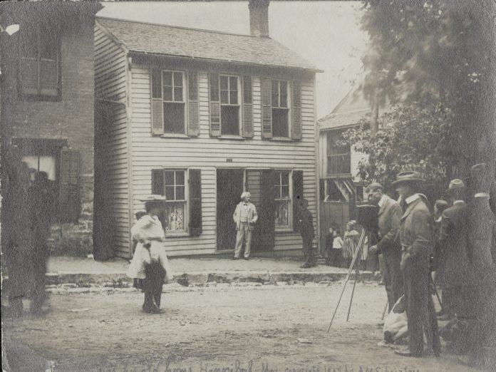 Samuel Clemens (Mark Twain) in doorway of his Hannibal, Missouri home, May 12, 1902. Photo: Anna M. Schnitzlein. Public Domain.