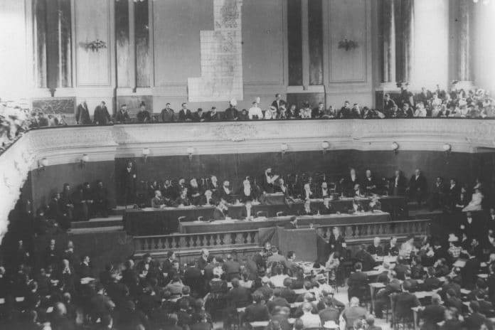 Theodor Herzl Addressing the First or Second Zionist Congress in Basel, Switzerland in 1897-8. Foto: Israeli Government Press Office. Public Domain.