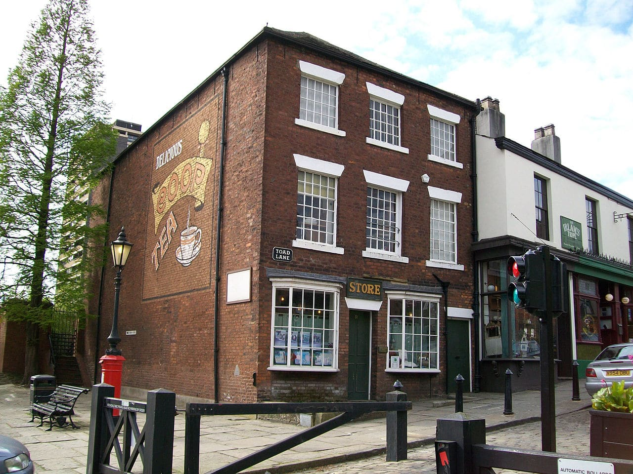 """First premises of """"The Rochdale Pioneers"""" early successful retail Co-operative, Rochdale England - now The Toad Lane Museum for Co-oprative. Photo taken 26 April 2009 by Scarletharlot69. (CC BY 3.0)."""