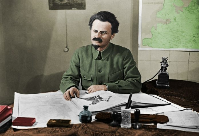 Farvelagt foto af Leon Trotsky, 1925. Foto: ukendt. Public Domain.