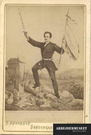 Ferdinand Lassalle - die Kämpfer gegen die Capitalmacht, ca. 1860-1870. Photo: Hans Andersen. Public Domain.