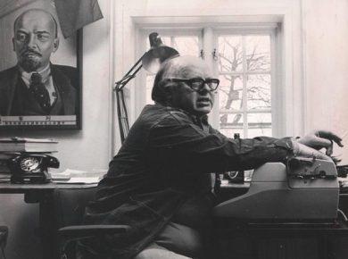 Carl Madsen fra sit arbejdsværelse, Arbejdermuseets billedarkiv.