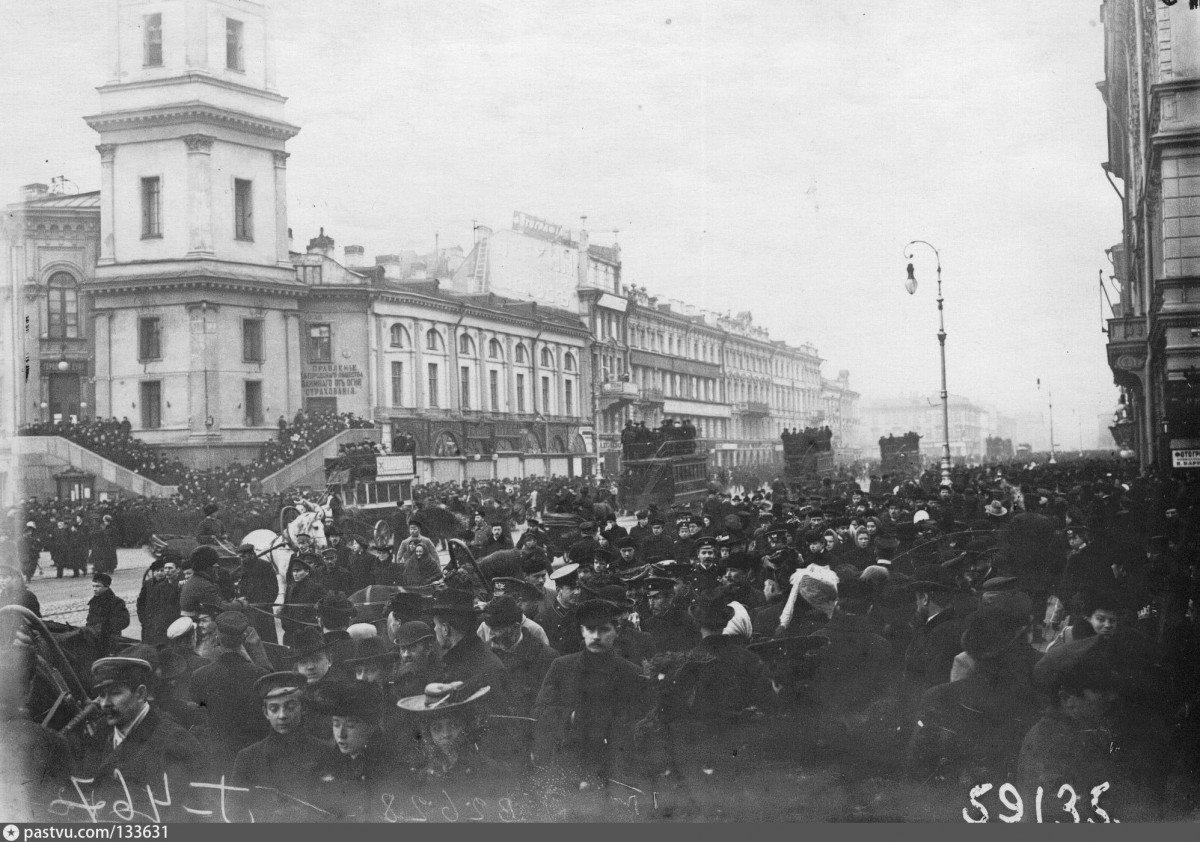 Demonstranter på Nevsky Prospect i Byens Duma-bygning, 18. oktober 1905. Photo: ukendt. Public Domain.