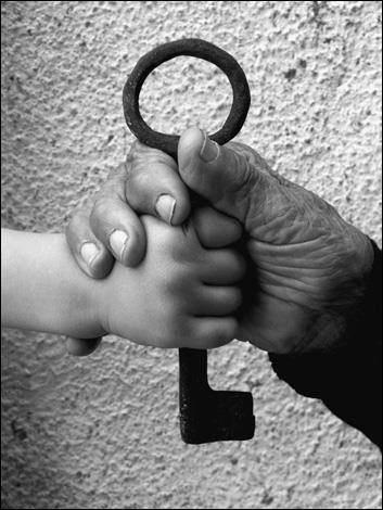 """Nøglen er et stærkt symbol på palæstinensernes ret til at vende tilbage til deres egen jord. """"Muftah al-Awda"""" (Nøglen til at vende tilbage), Aida refugee camp. Photo: Rich Wiles, 2006."""