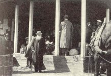"""Peter Kropotkin passes through Haparanda (Sweden, at the border of Finland)in 1917. It is probably taken by a local photographer in Haparanda since it was published on page 39 in the city of Haparanda's 100th jubilee yearbook published three years after the city turned 100 years in 1942. (""""Haparanda stad 100 år"""", by R. Odencrants, printed in Uppsala 1945). Public Domain. Se mere nedenfor 8. februar 1921"""
