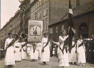 Danske kvinder i optog til Amalienborg, 5. juni 1915. Foto: ukendt. Kollektion: Kvindehistorisk samling, Rigsarkivet. Public Domain.