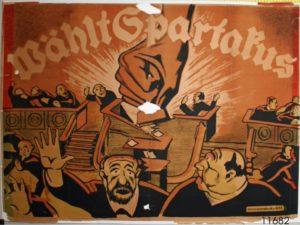 """Das Objekt ist ein Wahlplakat des Spartakusbundes / KPD. Die Abbildung zeigt eine große, im Gegensatz zu den Menschen überdimensionale Faust, die ein Rednerpult zertrümmert und mehrere Menschen, die vor dieser Faust flüchten. Der Plakattext lautet: """"Wählt Spartakus / Kommisionsdruck der KPD"""". (CC BY-NC-SA)."""